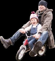 親子で三輪車にのる写真